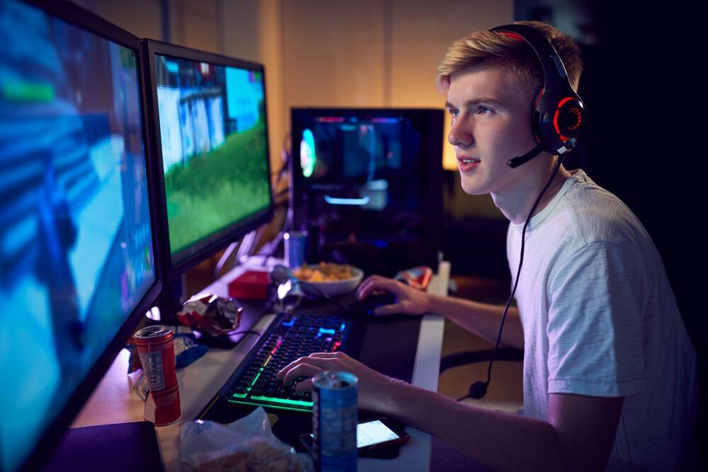 joueur PC avec son tapis de souris XXL