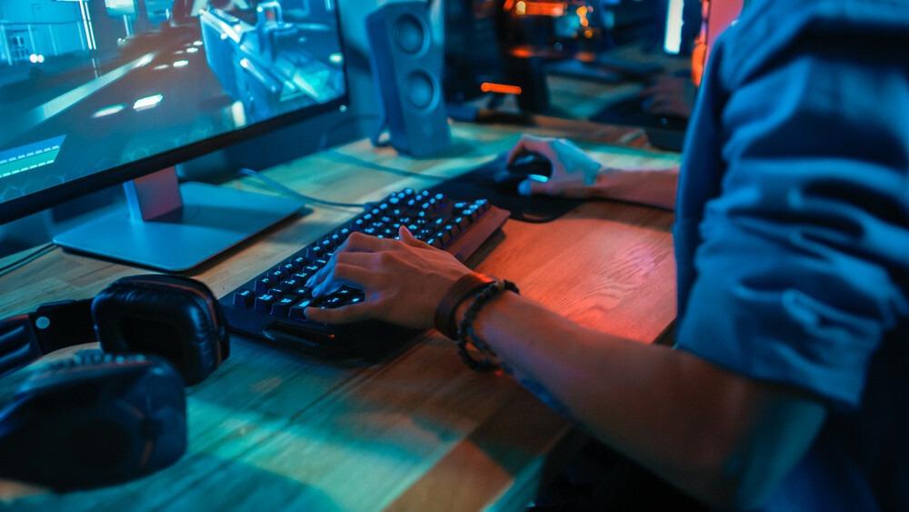 joueur sur un clavier mécanique sans fil