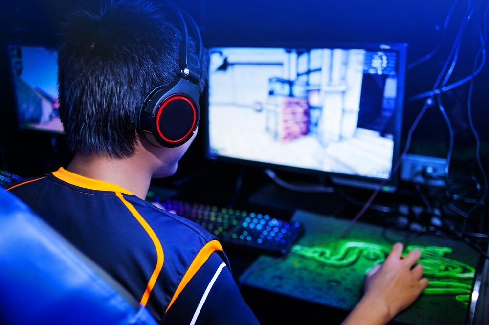 joueur pc sur ecran