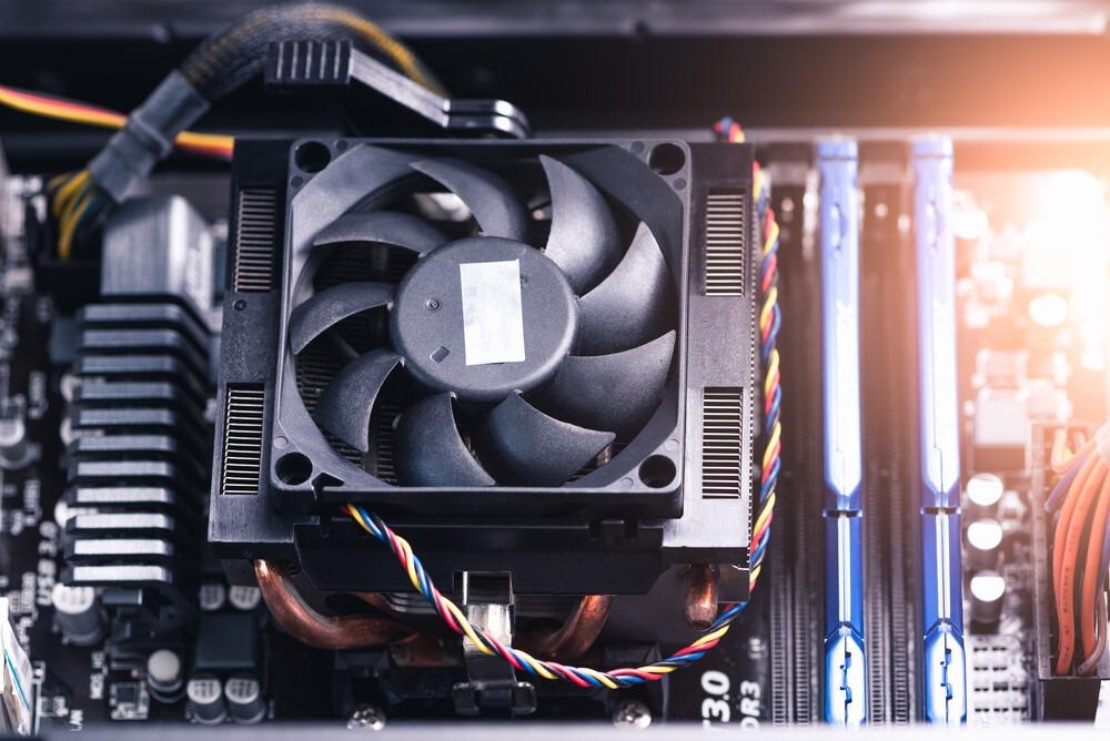 ventirad noir connecté sur CPU