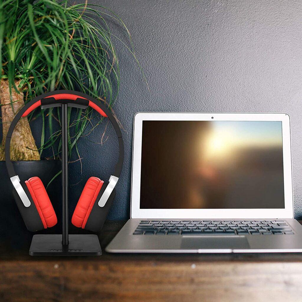 support de casque sur un bureau