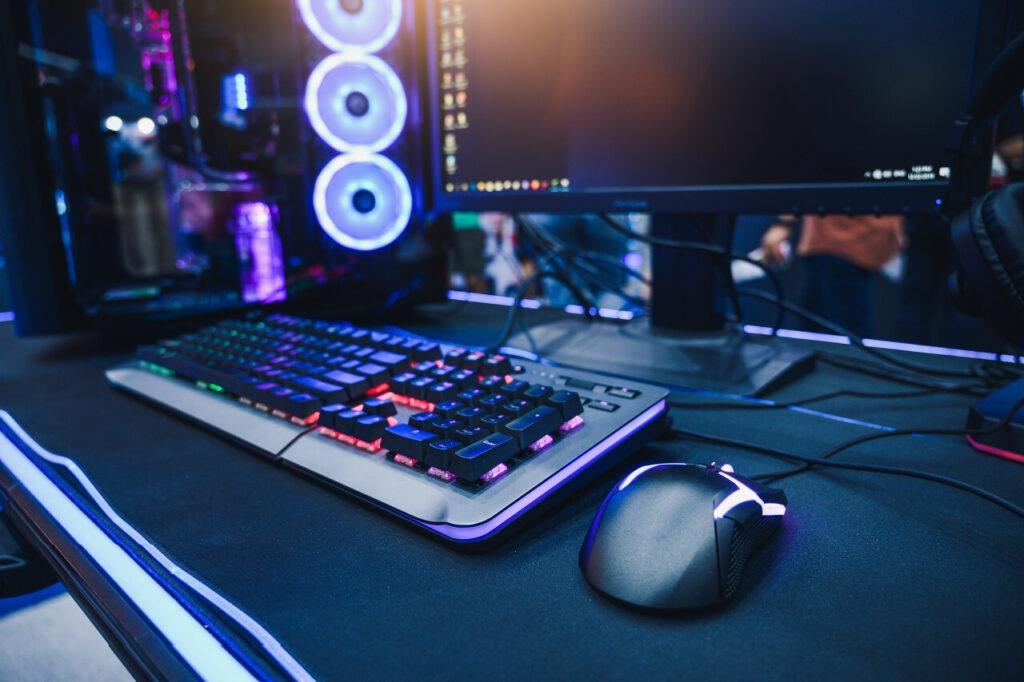 clavier et souris de gaming sur un bureau